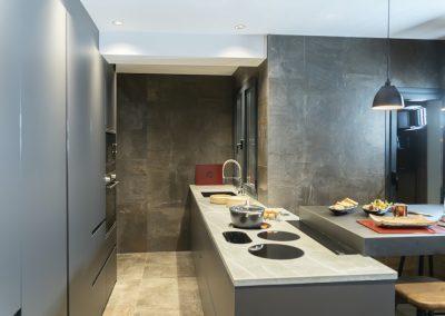 Cocina oscura con mesa regruesada