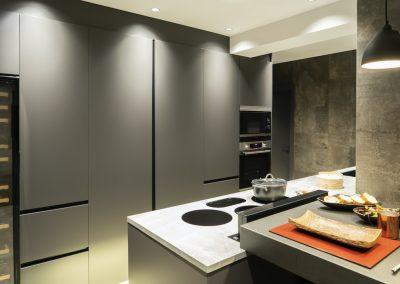 Cocina oscura con mesa regruesada-8