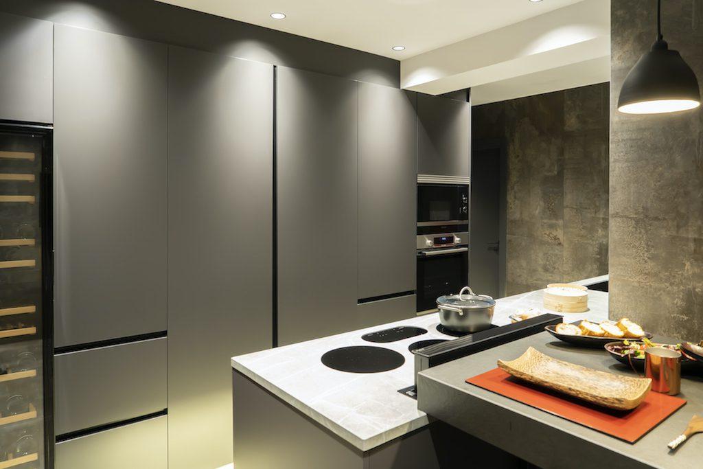 Cocina muy moderna en tonos oscuros