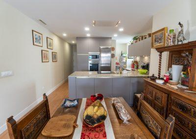 cocina abierta al salon con peninsula-3