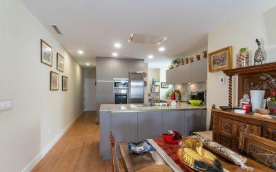 Cocina abierta al salón con península