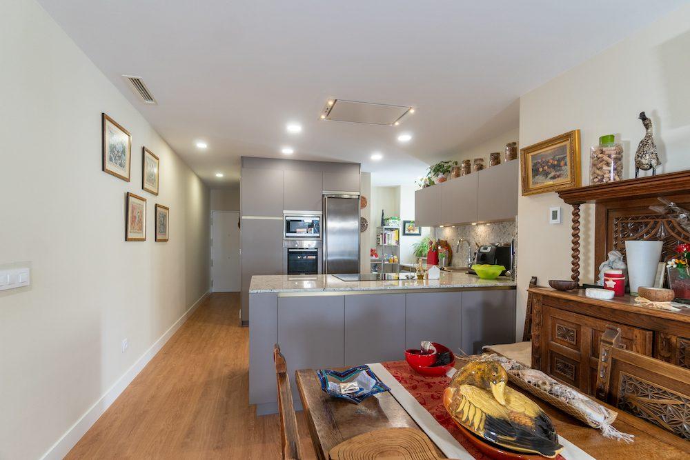 cocina abierta al salon con peninsula
