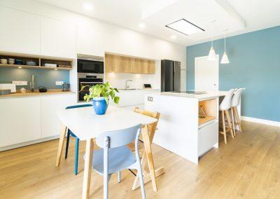 cocina blanca y moderna con isla_1