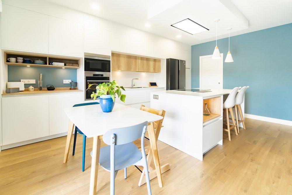 Cocina blanca y moderna con isla