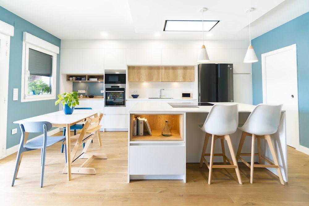 cocina blanca y moderna con isla_3