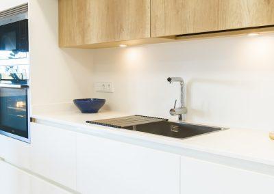 cocina blanca y moderna con isla_6
