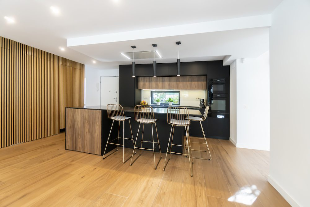 Cocina moderna abierta al salón con isla