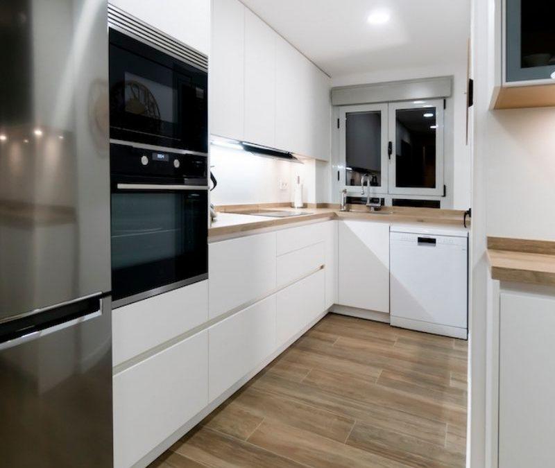 Cocina Blanca y Pequeña con madera