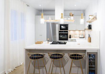 Cocina blanca abierta al salón con península estilo colonial_1