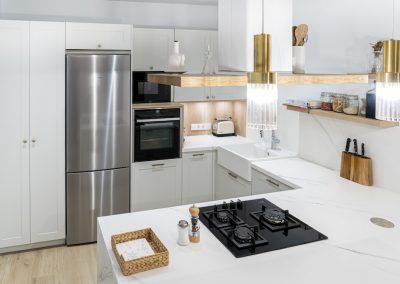 Cocina blanca abierta al salón con península estilo colonial_10