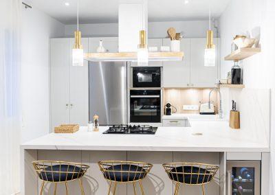 Cocina blanca abierta al salón con península estilo colonial_2