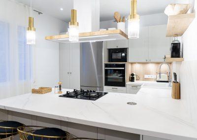 Cocina blanca abierta al salón con península estilo colonial_3