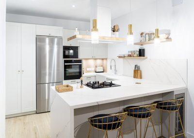 Cocina blanca abierta al salón con península estilo colonial_4