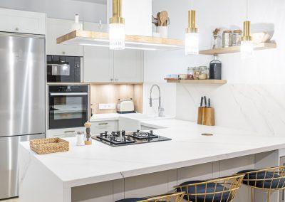Cocina blanca abierta al salón con península estilo colonial_5
