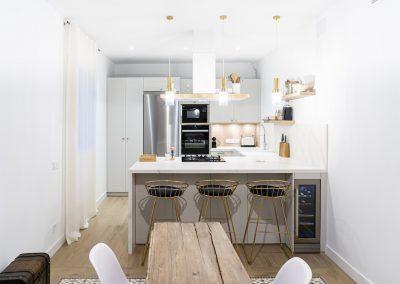 Cocina blanca abierta al salón con península estilo colonial_6