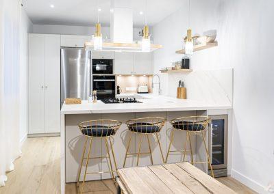 Cocina blanca abierta al salón con península estilo colonial_7