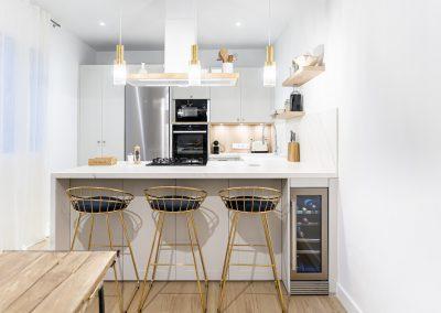 Cocina blanca abierta al salón con península estilo colonial_8