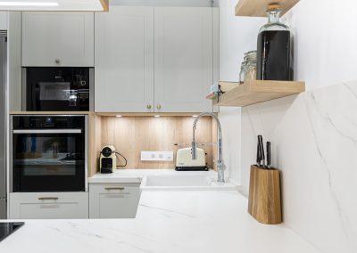 Cocina blanca abierta al salón con península estilo colonial_9