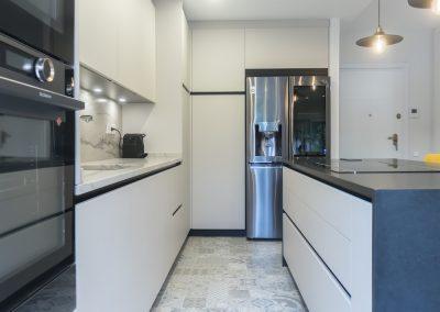Cocina moderna abierta al salón con isla_5