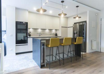 Cocina moderna abierta al salón con isla_6