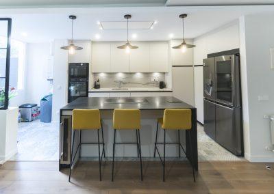 Cocina moderna abierta al salón con isla_8