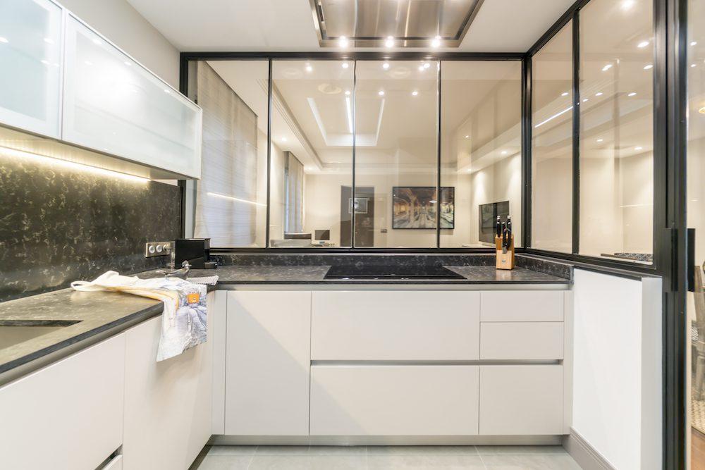 Cocina semiabierta con cerrajería – Proyecto con Andrea Justo