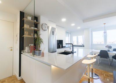 cocina pequeña blanca abierta al salon con peninsula (2)