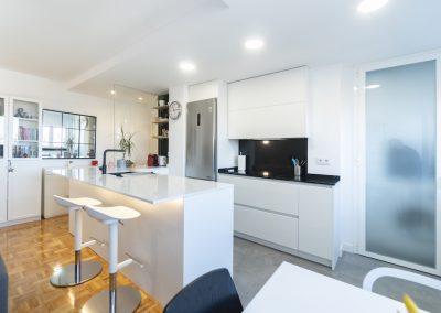 cocina pequeña blanca abierta al salon con peninsula (3)