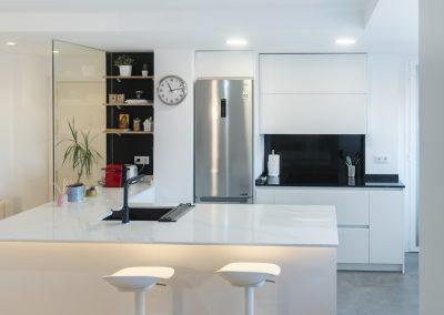 cocina pequeña blanca abierta al salon con peninsula (4)