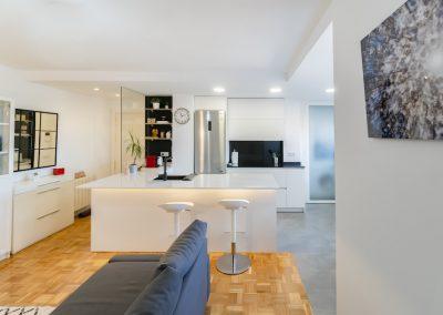 cocina pequeña blanca abierta al salon con peninsula (5)