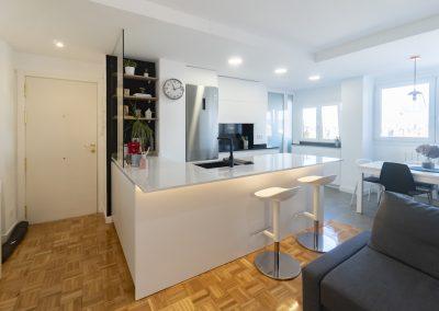 cocina pequeña blanca abierta al salon con peninsula (6)
