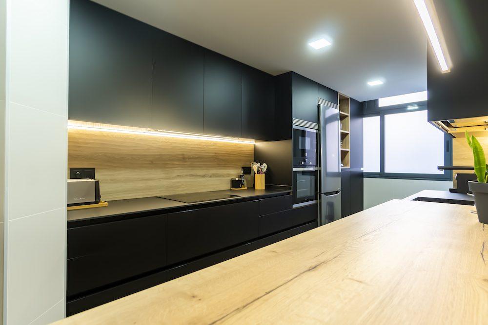 Cocina Negra muy Moderna con Madera ¡Espectacular!