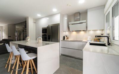 Cocina Blanca con Isla abierta al Salón y muebles en Brillo
