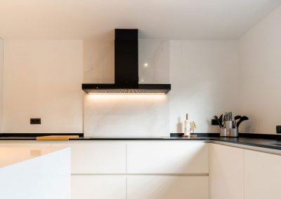 cocina-blanca-con-isla-espaciosa-2