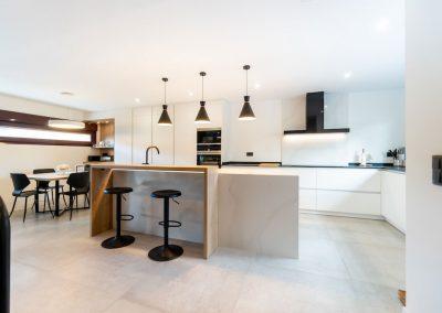 cocina-blanca-con-isla-espaciosa