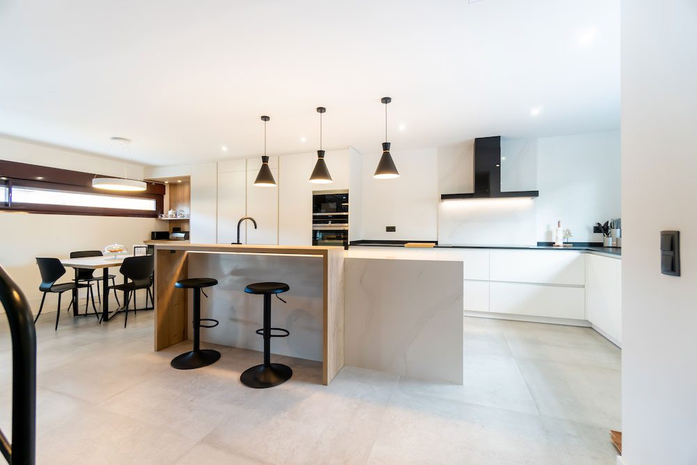 Cocina blanca con isla ¡Muy grande y espaciosa!
