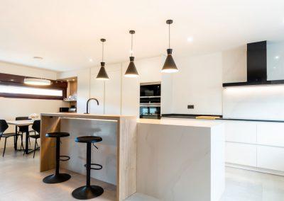 cocina-blanca-con-isla-espaciosa1