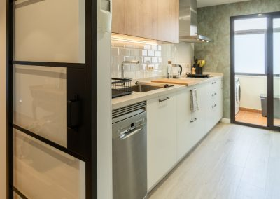 cocina blanca pequeña con madera y dos frentes (2)