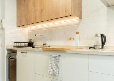 cocina blanca pequeña con madera y dos frentes (3)